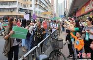 香港市民自发清理路障 警方呼吁尽量避开危险地方