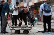 """特写:""""无惧暴力威胁,携手恢复秩序""""——香港市民清晨自发清理路障"""