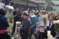 视频|香港市民悼念被暴徒扔砖击中身亡的清洁工罗伯