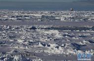 """""""雪龙兄弟""""在企鹅群注视下穿越南极圈「组图」"""