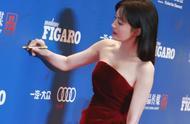 40岁秦岚终于放开了,穿红色抹胸连衣裙,雪肌太出众