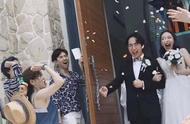 网友晒出李现参加友人婚礼现场照片,暖心和女孩合影十分接地气