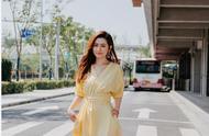 任家萱穿鹅黄色连衣裙录制综艺撞衫刘亦菲、娜扎,网友:发量赢了