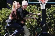 有豪车也要骑单车?比伯带海莉骑单车出行,实力秀婚后甜蜜生活