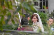 林志玲婚礼现场曝光!旗袍式婚纱超秀身材,但这发型还真暴露年龄
