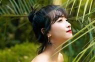 宋茜化身轻轻绿叶中的小红花,欧美风红裙气质外露,像极了画中人