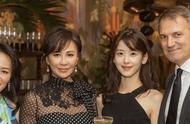 25岁奶茶妹妹合影53岁刘嘉玲,相差28岁同框比美,清纯气质大不同