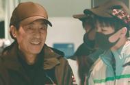 王俊凯张艺谋机场偶遇,小凯这个姿势,暴露了对老谋子的真实态度