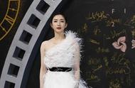 海南电影节闭幕,江疏影白色羽毛礼服抢镜,霍思燕裸色纱裙优雅