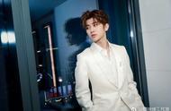 蔡徐坤白色西装映衬纯净面庞,新锐态度展现时尚锋芒