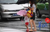 暴雨后接萌娃放学,只有一把伞的爸爸怎么带你回家?