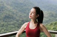 52岁李若彤健身成果显著,小蛮腰马甲线养眼,姑姑果真是仙女