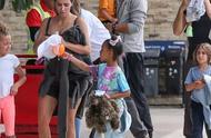 YEEZY洞洞鞋曝光,kanye女儿亲自上脚?