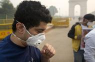 节日庆祝过后印度遭遇重度雾霾袭击 人们戴口罩出行