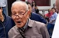 91岁老人用英语向外国朋友介绍西安 网友:点赞、致敬