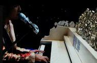 """周杰伦弹钢琴时频频望向""""小抄""""?网友:几百首歌记词太难了"""