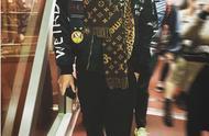 吴亦凡穿黑色外套内搭红T,造型运动感十足,又帅又接地气