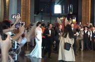 林志玲婚礼现场首曝光,穿拖地婚纱大秀好身材,挽手父亲温馨现身