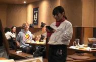肩并肩坐着吃饭,关晓彤只顾自拍,鹿晗却意外喊话陈赫