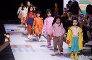 #董璇女儿走秀#近日,董璇带着女儿小酒窝亮相上海时装周