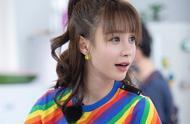 """30岁沈梦辰太会""""装嫩"""",彩虹T恤配短裤很青春,气质好身材更棒"""
