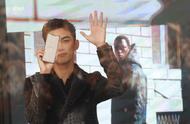 """粉丝在店外等候吴磊,吴磊用手机打出""""他们不让我出去"""",太暖了"""