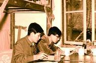 80年代的大学生,在宿舍用功学习,与现在截然不同的娱乐方式