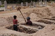 8岁叙利亚掘墓童工:小朋友都不在了,最怕看到无辜亡者的脸