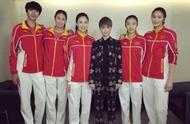 李宇春与女排合影站C位,身高接近女排,女排造型如少女