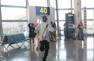 王一博赶飞机 还不忘记拿着自己滑板 哈哈