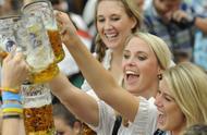 东北人喝酒是最豪爽的,但看到俄罗斯人喝酒后,其实东北人还差点