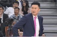 杜锋怒了,指着裁判的鼻子表达不满,被驱逐出场,嘴里念念有词