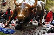 """纽约著名地标华尔街铜牛被泼""""假血"""""""