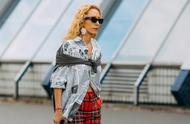 """把""""报纸印花""""披身上,你就能成为时尚的焦点"""