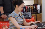 吉娜设计衣服很有想法,穿上旗袍凸显好身材,郎朗用身体挡住镜头