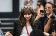LISA巴黎看秀,两套造型两种风格,头戴王冠美成女王