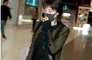 很实在!火了一夏天的李现在机场被粉丝拍照,自己大方乖乖站好