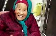 107岁妈妈给84岁女儿捎糖吃,女儿笑得真开心,瞬间暖哭网友