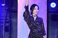 张靓颖穿着真大胆,透视高开叉连衣裙配短靴,舞台上魅力十足