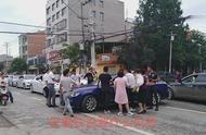 湖北襄阳:接亲车队突然被一辆蓝色轿车拦住 知道原因后众人大笑