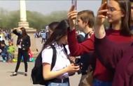 外国美女站在围栏外,盯着迎面走来的国旗卫士看,估计被帅到了!