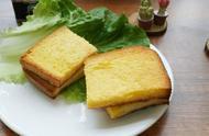 一片普通的吐司,裹上蛋液牛奶,烤一烤做成了美味的奶香面包片