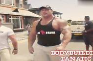 当健身巨兽出现在大街上路人们惊讶的表情说明了一切