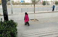 今天北京大风降温,看看人们外出都穿什么衣服?