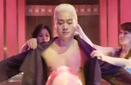 佟大为这一头白发太帅了,饰演富家子弟,就连穿衣服都有仆人服侍