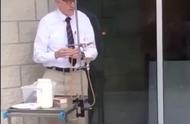 英国70岁老教授上物理课,躺钉板、吹火焰,为了学生真拼!