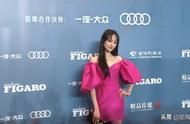 郑爽费加罗风尚盛典造型,玫红露肩短裙,风格艳丽。