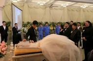 小伙儿在殡仪馆办完婚礼办葬礼