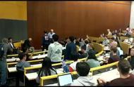 猖狂!乱港分子黄之锋窜访美国哥大 中国留学生起立高唱国歌抗议
