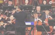 马云指挥中国爱乐乐团演奏 最后竟害羞捂脸